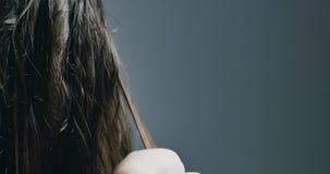 Kobiet ręki robią włosy save procedurze Elektryczny instrument włosiany odzyskiwanie z czerwonym neonowym światłem zdjęcie wideo