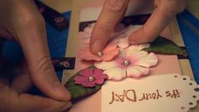 Kobiet ręki robi scrapbooking wakacyjnej pocztówce zdjęcie wideo