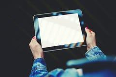 Kobiet ręki trzyma cyfrową pastylkę z pustym szablon kopii przestrzeni ekranem dla twój zawartości lub informaci obraz stock