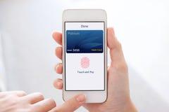 Kobiet ręki trzyma telefon kartę debetową app dotykają i płacą Obrazy Royalty Free
