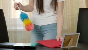 Kobiet ręki używać duster zbiory