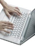 Kobiet ręki używać klawiaturę Obraz Stock