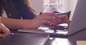 Kobiet ręki używać laptopu szczegół Przypadkowy ubierający azjatykci chińczyk, caucasian kobiety pracuje biznes lub studiuje przy zbiory wideo