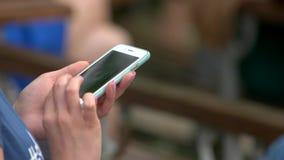 Kobiet ręki używać smartphone zbiory wideo