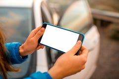 Kobiet ręki używać smartphone na drodze Zdjęcie Stock