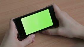 Kobiet ręki używać telefon komórkowego, zieleń ekran zbiory