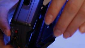 Kobiet ręki umieszczają ścisłą muzyczną kasetę w retro odtwarzaczu przenośnym zdjęcie wideo