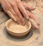Kobiet ręki w glinie przy procesem robić glinianemu pucharowi na ceramicznym wh zdjęcia royalty free