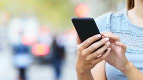 Kobiet ręki wybiera w mądrze telefonie zdjęcie wideo