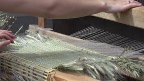 Kobiet ręki wyplatają dywan matę z retro handcraft krosienko w plenerowym jarmarku 4K zbiory wideo