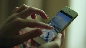 Kobiet ręki wyszukują miejsce, pisać na maszynie wiadomość zdjęcie wideo