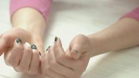 Kobiet ręki z świeżym eleganckim manicure'em zbiory wideo