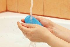 Kobiet ręki z antibacterial mydłem pod strumieniem woda w łazience zdjęcie stock