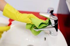 Kobiet ręki z gumowymi ochronnymi rękawiczkami czyści klepnięcie Obraz Royalty Free