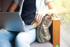 Kobiet r?ki z laptopem i kart? kredytow? robi zakupy online P?atnicza transakcja zdjęcia royalty free