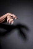 Kobiet ręki z manicure'em w studiu obrazy stock