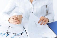 Kobiet ręki z pustym papierem i kawą Fotografia Stock