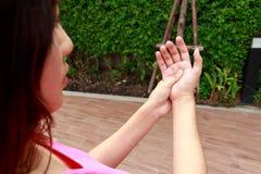 Kobiet ręk ból w ogródzie Obrazy Royalty Free