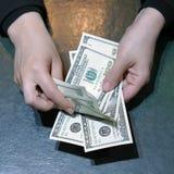 Kobiet r?ki chwyt i liczenie dolara banknoty zdjęcia stock