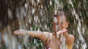 Kobiet ręki pod spada czystych wod kroplami zdjęcie wideo