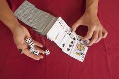 Kobiet ręki podrzuca karta do gry trzyma kostka do gry Obraz Royalty Free