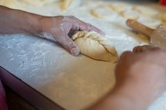 Kobiet ręki robi kibinai obraz stock