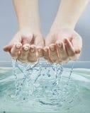 Kobiet ręki w wodzie Zdjęcia Royalty Free
