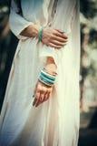 Kobiet ręki z bransoletkami Fotografia Royalty Free