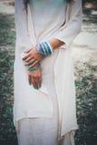 Kobiet ręki z bransoletkami Zdjęcie Royalty Free