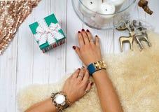 Kobiet ręki z prezentem Mod akcesoria, wristwatches, splendor bransoletki Zdjęcie Stock