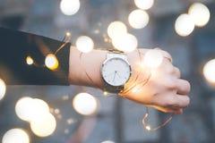 Kobiet ręki z zegarkiem na nadgarstku Zdjęcia Royalty Free