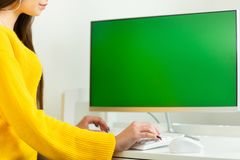 Kobiet r?ki zamkni?te w g?r? przy komputerem z ziele? ekranem w biurowym ?rodowisku, pracuj?cy, obrazy royalty free