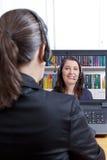 Kobiet słuchawek online akcydensowy wywiad fotografia royalty free