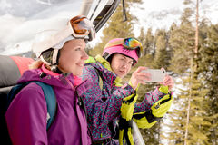 Kobiet snowboarders fotografujący na telefonie zdjęcia royalty free