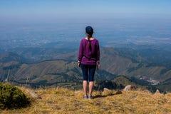 Kobiet spojrzenia daleko w górach blisko Almaty, Kazachstan obraz stock