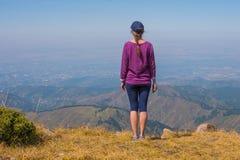 Kobiet spojrzenia daleko w górach blisko Almaty, Kazachstan zdjęcia stock
