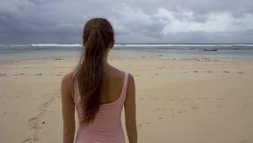 Kobiet spojrzenia na morzu przy wschodem słońca, cieszy się plażę zdjęcie wideo