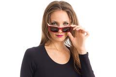 Kobiet spojrzenia nad jej okularami przeciwsłonecznymi Osoba z zielonymi oczami i blon zdjęcie stock