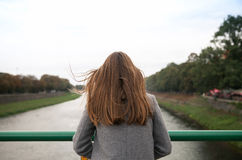 Kobiet spojrzenia out nad zamazanym widokiem rzeka Obraz Stock
