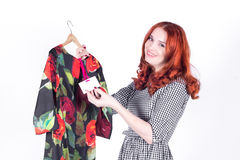 Kobiet spojrzenia przy ceną suknia i cieszą się niską cenę fotografia stock