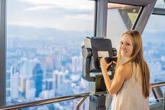 Kobiet spojrzenia przy Kuala Lumpur pejzażem miejskim Panoramiczny widok Kuala Lumpur miasta linia horyzontu wieczór przy zmierzc fotografia royalty free