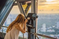 Kobiet spojrzenia przy Kuala Lumpur pejzażem miejskim Panoramiczny widok Kuala Lumpur miasta linia horyzontu wieczór przy zmierzc zdjęcie stock