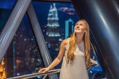 Kobiet spojrzenia przy Kuala Lumpur pejzażem miejskim Panoramiczny widok Kuala Lumpur miasta linia horyzontu wieczór przy zmierzc zdjęcia royalty free