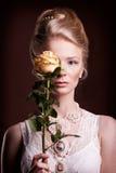Kobiet suknie w wiktoriański stylu zakrywa jej oko z różą Zdjęcie Stock