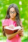 Kobiet szkieł chwytów książka zdjęcie stock