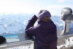 kobiet tylni potomstwa Obserwaci platforma na Kaprun, Austria Fotografia Royalty Free