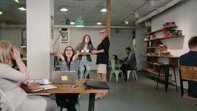 Kobiet uses laptop znajduje out dobre wieści everyone jest szczęśliwy gratuluje ona i oklaskuje biznes drużyna w początkowym biur zbiory wideo