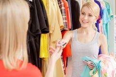 Kobiet wynagrodzenia z kredytową kartą Obrazy Royalty Free