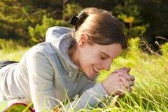 kobiet zieleni łgarscy ładni uśmiechnięci potomstwa Zdjęcie Stock