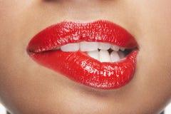 Kobiet Zjadliwe Czerwone wargi Zdjęcia Royalty Free